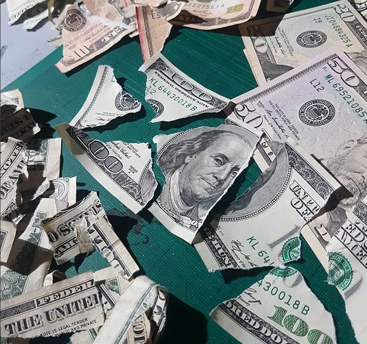 Картина биткоин из 300 порванных долларов