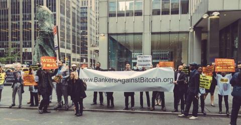 В США устроили шуточный протест банкиров против биткоина