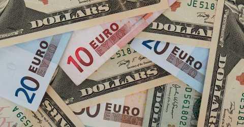 Более 80% россиян следят за курсом валют