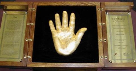 «Золотые руки» Нельсона Мандела проданы за биткоины
